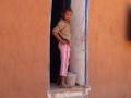 jeune fille à la porte
