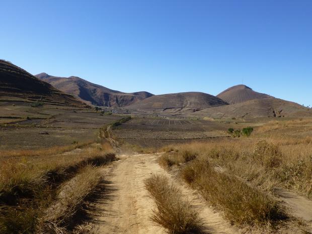 A l'est le massif Antsahamaina le lac Andranoratsy dans la dépression et le dôme Antohomadinika