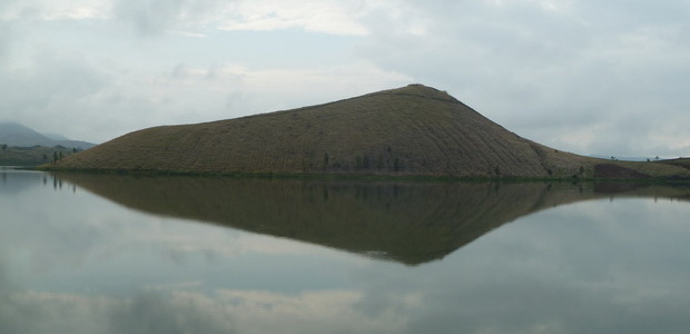 cône strombolien reflet dans le lac Andranomena