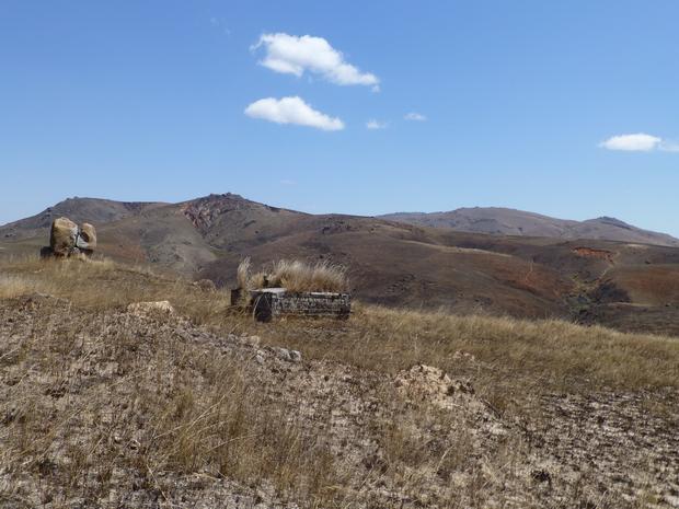 site Ambohitsitoa en arrière plan le Massif Andringitra