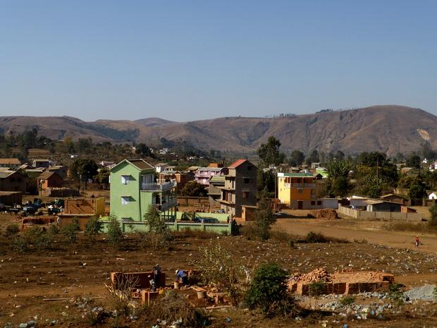 Analavory: à l'horizon le massif Ambohidrafito