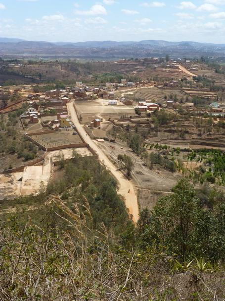 Au nord Village Anjomakely à l' horizon Ambohidratrimo