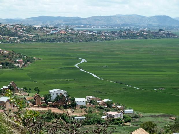 village d'Ambohijanahary Antehiroka à l'horizon le massif du Langana