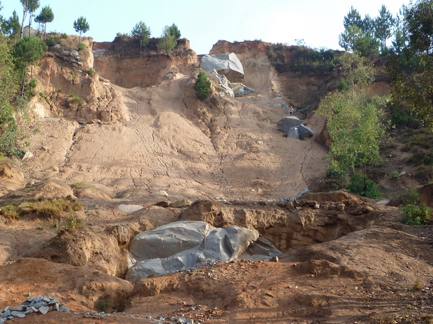 Ambatomalaza : la montagne éventrée, ravinée laisse apparaitre les blocs