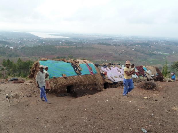 Sur les hauteurs au nord de l'aéroport d' Ivato travaillent et vivent dans des conditions précaires les casseurs de cailloux