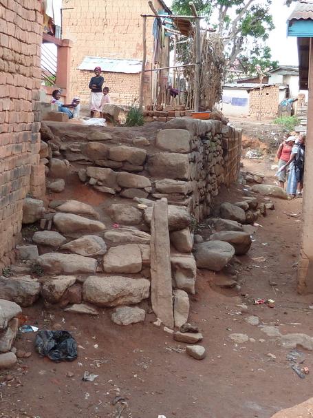 Escalier de pierres sèches conduisant à la place de l'ordalie On est au centre du vieux village d'Ambohijanahary Antehiroka. Perspectives sur les ruelles, vieilles maisons de terre battue, vieilles pierres..