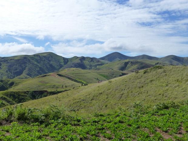 Au Sud le Massif dentelé du MAHAKIRINGY et derrière surmonté de 2 antennes le fameux AMBOHIMIANGARA