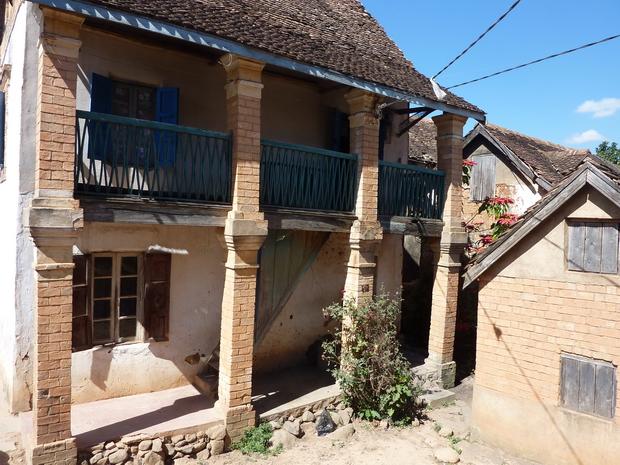 Au sommet d' Ambohidrapeto il subsiste encore quelques maisons ancestrales que le temps a préservé