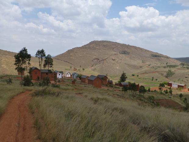 massif Ambohimitrena et le village Antsaonjomanga