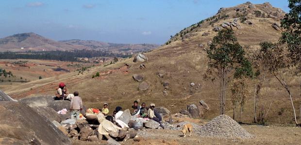 casseurs de cailloux en arrière plan le massif Sambaina