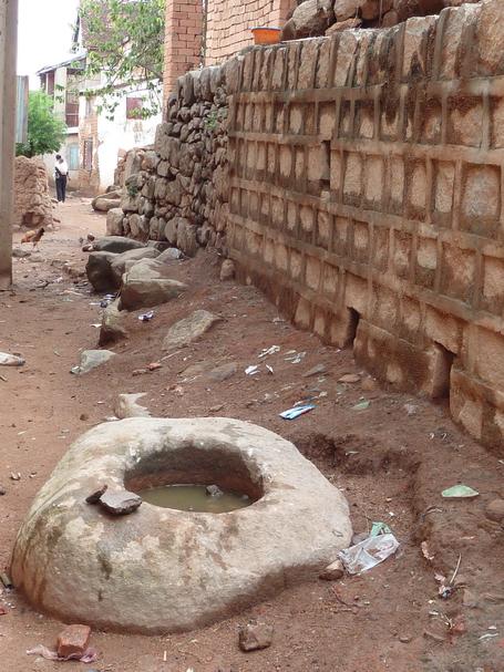Mortier de l'ordalie, c'est dans ce mortier de pierre qu'était composée la mixture de noix pilée de tangena le Tanguin poison que le prévenu devait consommer pour déterminer sa culpabilité lors du jugement public par l'ordalie