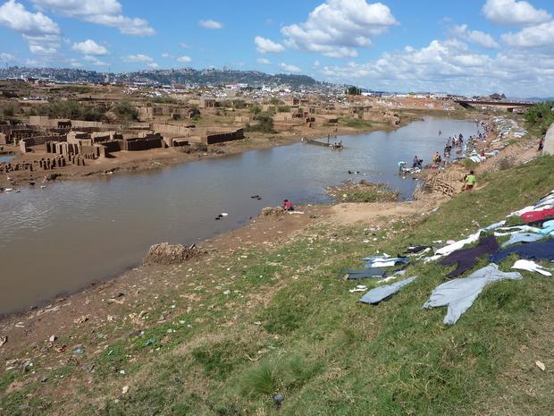 Ikopa et le pont Andohatapenaka qui vous emméne sur Antananarivo par le quartier cité 67 Ha Sur l'autre rive la Route Digue