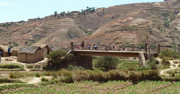 pont qui emjambe la Fitandambo