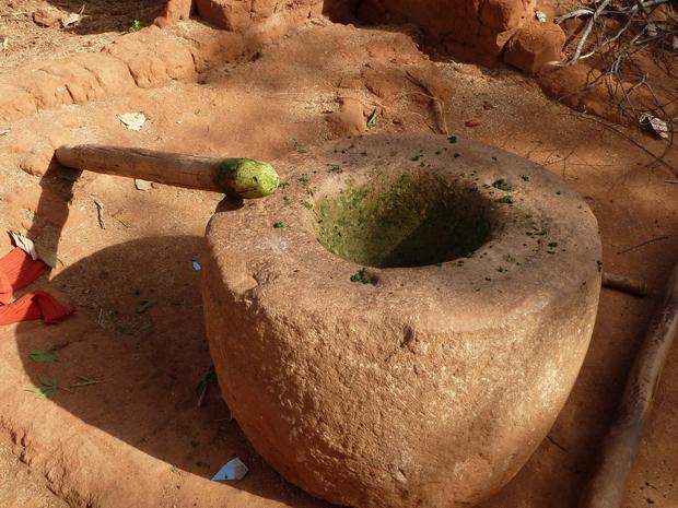 préparation du ravitoto manioc pilé dans le loana avec le fanoto