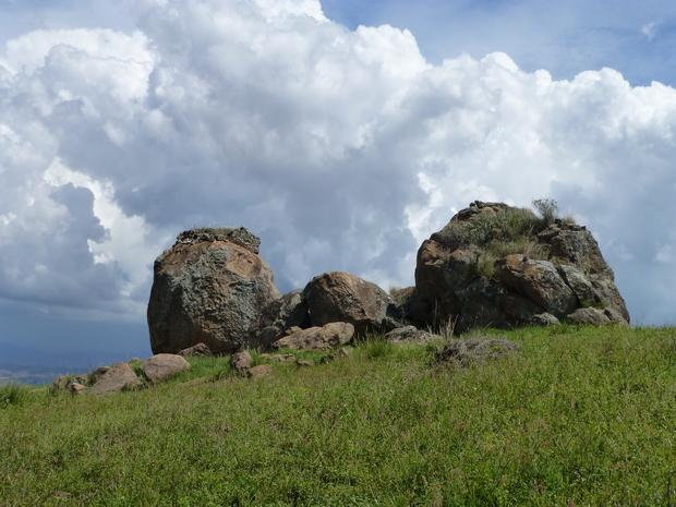 tombeau perché sur le rocher