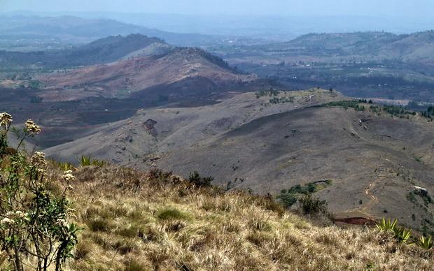 Du sommet d' Ampananina la longue crête que l'on vient de parcourir et le massif d' Ambohimanoro