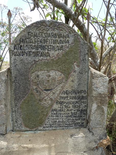 Sommet Ambohipananina : Stéle descendants de Rabodolahy fils de Radama ° et sa femme Rasalimo et de Razafinandrianampoinimerina ( les petits enfants de Andrianampoinimerina )