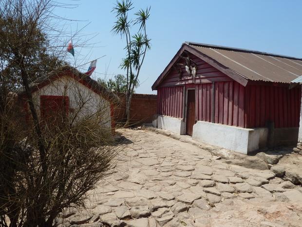Sur le sommet d' AMBONIVOHITRA les tombeaux d' Andriamanjakatokana et sa mère Rafoloarivo