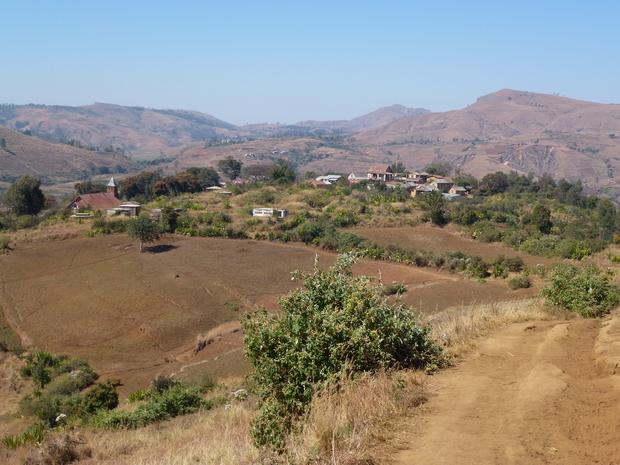 le village Mahatsinjo et ses tombeaux