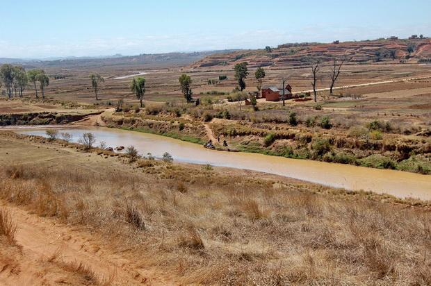 fleuve ANDROMBA 2° traversée en lakana entre les villages de MANJAKA et ANTSAHALAVA