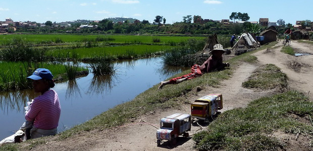 digue menant au village de Andohalafy puis Ambohidrapeto