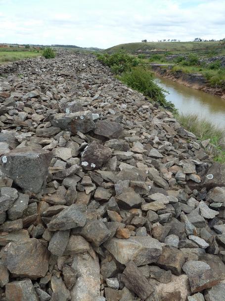 le fleuve taillé à même le massif rocheux