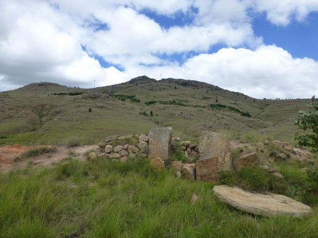 Le massif Lohavohitra face Est et au pied un premier site fortifié et sa porte le disque rond par terre