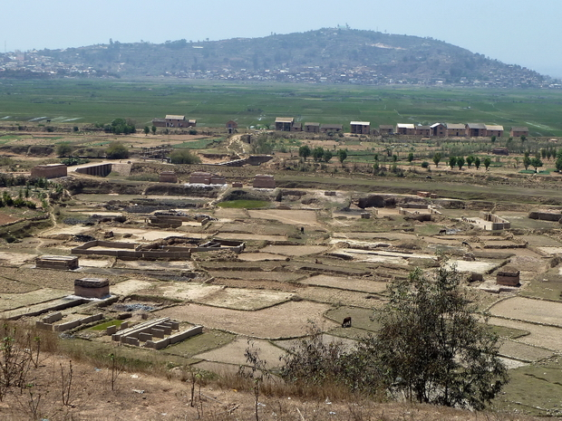 Village AMBOHIMIADANA traversée de la Sisaony par les écluses Sur le sommet le temple protestant F.J.K.M. d'Ambonivohitra et les tombeaux d' Andriamanjakatokana et sa mère Rafoloarivo