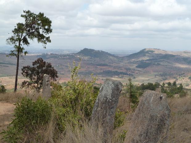 colline d' Ambohimanga et massif du Langana avec à son sommet le doany d' Andriatsivongo