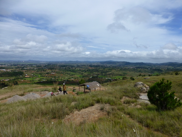 Du sommet du massif Ambohidraondriana la plaine entre Ivato et Ambohimanga