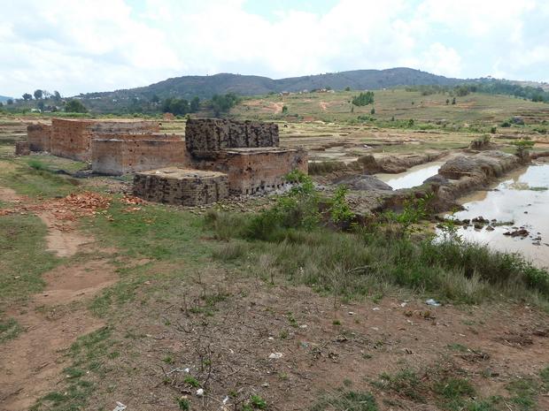 four à briques à l' horizon le Massif Ambohidraondriana