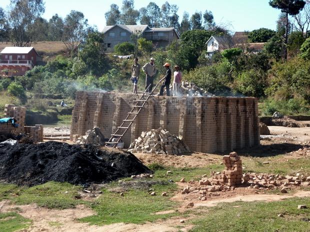 Four à briques Ambohidrano-Andrefana ( andrefana = ouest ) le village de Ambohidrano ouest