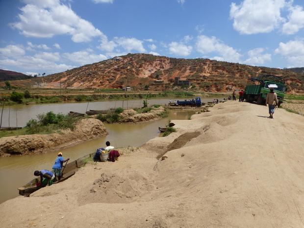 ramassage sable berge de l' Ikopa