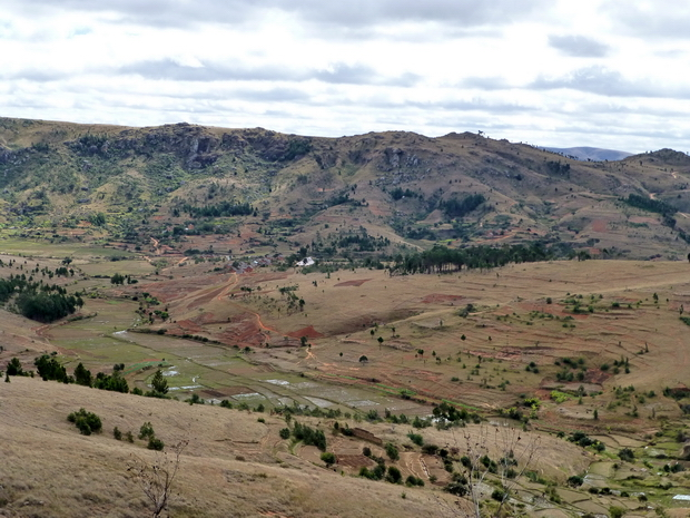 les villages de Ambohidrakitra et Ambohimanjaka aux pieds du Massif Ambatoantanina