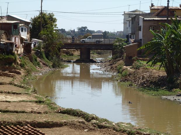 """pont du village Avaratetezana """" au nord du pont """" qui enjambe la Mamba digue qui débouche sur la route communale à gauche Ambodimita ambohimanarina, à droite Avaratetezana Ivato"""