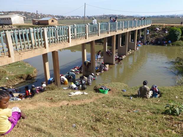 pont à hauteur de Antehiroka reliant la digue de ANKENIHENY