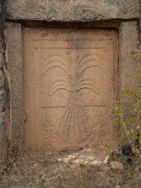 porte d'un tombeau du village Antanetibe
