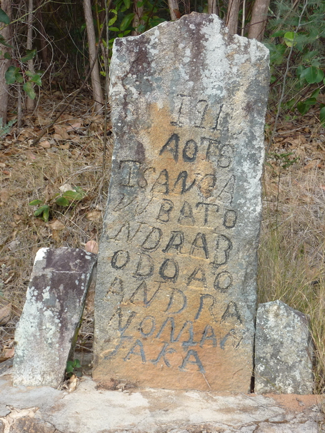 """1916 Tsangambato Ndrabobo ao Andranomanjaka"" En souvenir de Ndrabobo du village de Andranomanjaka il est courant de rencontrer sur les chemins des stéles commémoratives"
