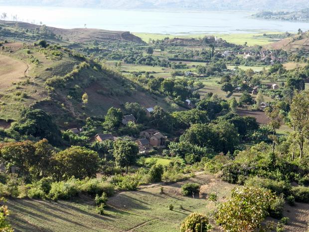 la source Masinandriana au pied de la colline au village Sahapetraka
