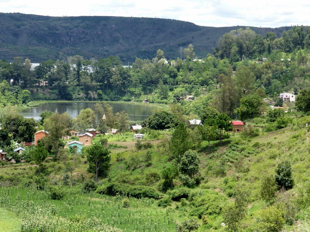 lac Kavitaha sur la droite le Petit Manoir Rouge Randotrek