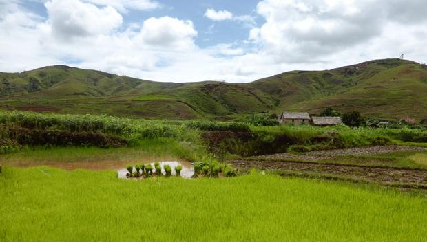 vallée de la Sahora : Village Sahora au pied du massif Tsaranonenana
