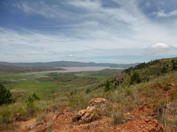 à l' Ouest de Manazary les rizières d' Ambatomena le lac d' Ampefy