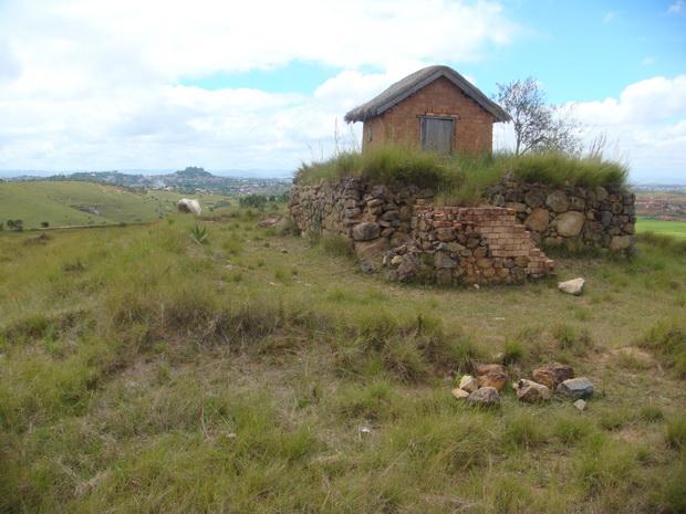 le lac Antsongosongo au pied du tombeau Razanakandraona