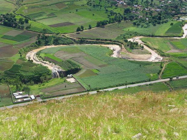 au pied du dôme Ngilofotsy la route des Geysers d' Amparaky
