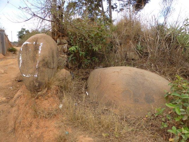 Village Ialanana: Ralaivo: pierre de gauche et Ralaiva: pierre de droite, les 2 gardiens de l'entree du village de ialanana