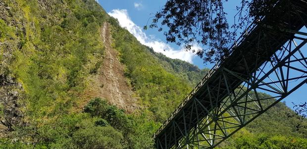 Pont qui enjambe la rivière à hauteur de la caverne de la Petite Ravine